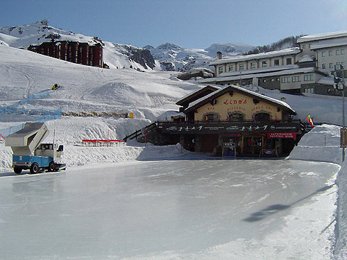 Lino's Bar - We play on natural ice